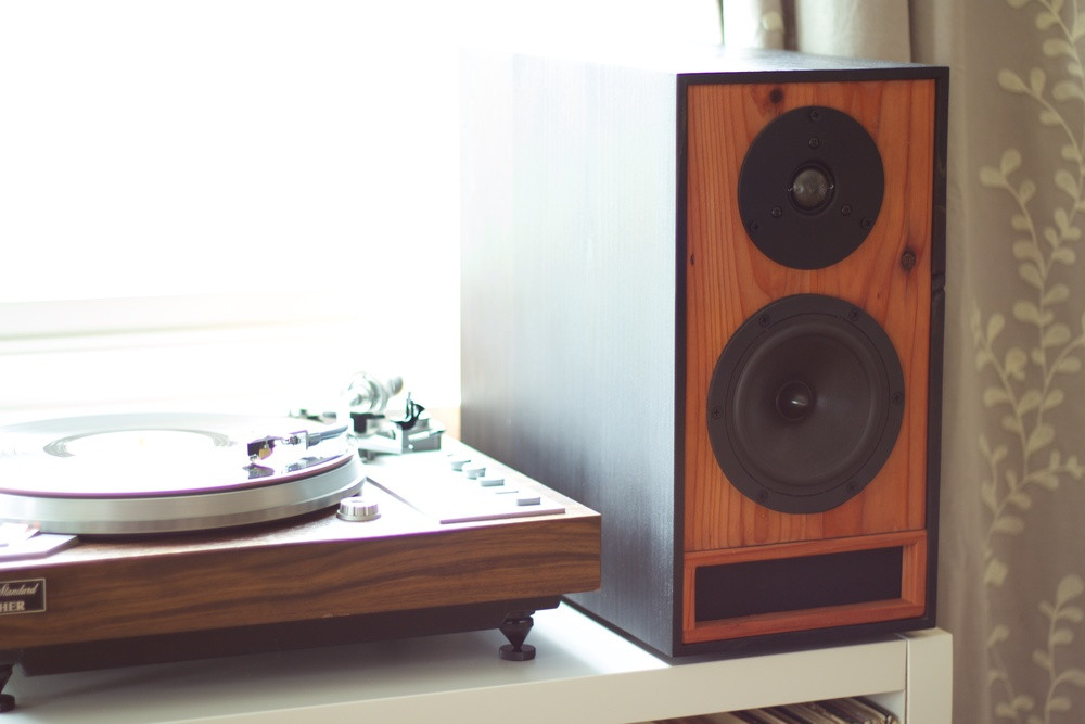 Bookshelf Speakers in Ebony & Redwood
