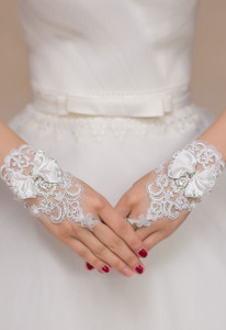Off White Diamond Bow Accent Floral Lace Gloves