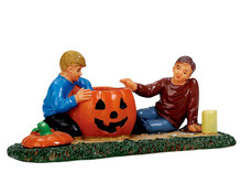 72487 - Pumpkin Carving - Lemax Spooky Town Figurines