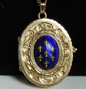 A Victorian gold locket w/ Fleur-de-lis pattern