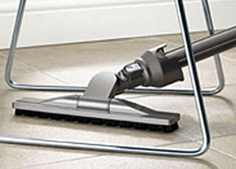 Articulating hard floor tool swivels for better performance