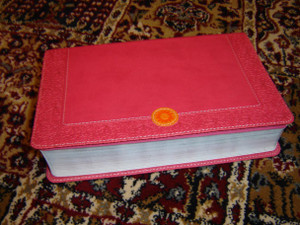 NIV Homeschooler Mom's Bible: Daily Personal Encouragement / Italian Duo-Tone, Pink, Silver Edges / 365 Heartfelt Inspiration to Revive, Encourage, and Strengthen the Homeschooling Mom / 2013 Print