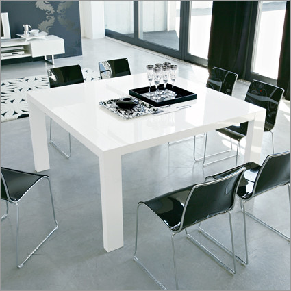 ... Table In Glossy White. Image 1