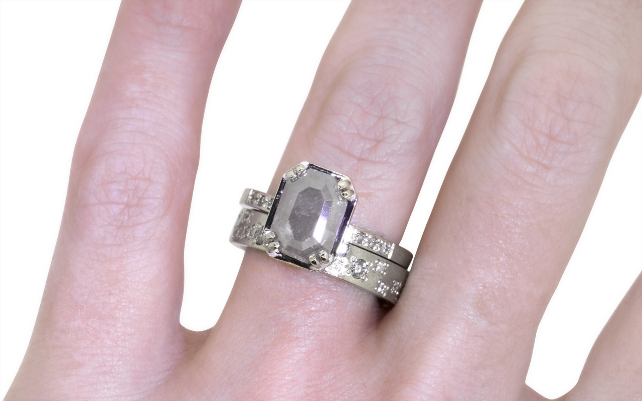 AIRA Ring in White Gold with 1.43 Carat Gray Diamond