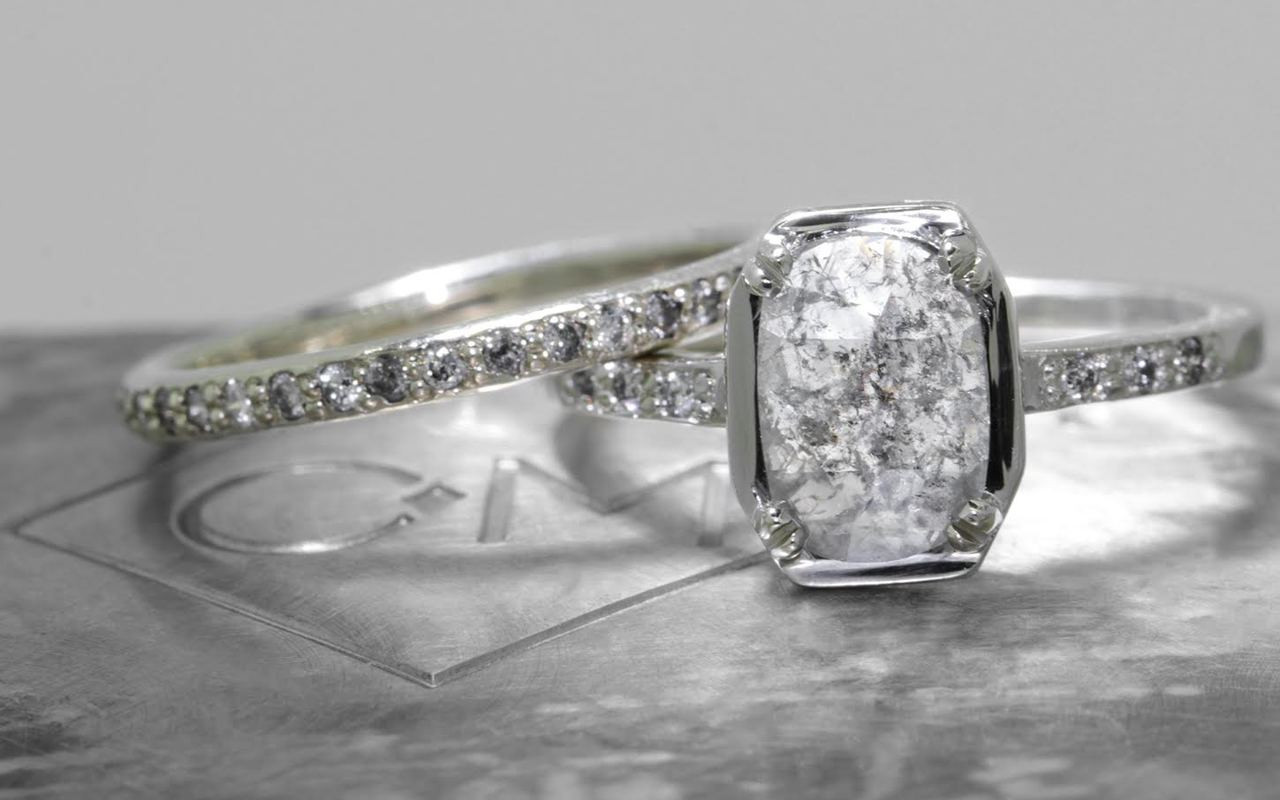 AIRA Ring in White Gold with 1.11 Carat Gray Diamond