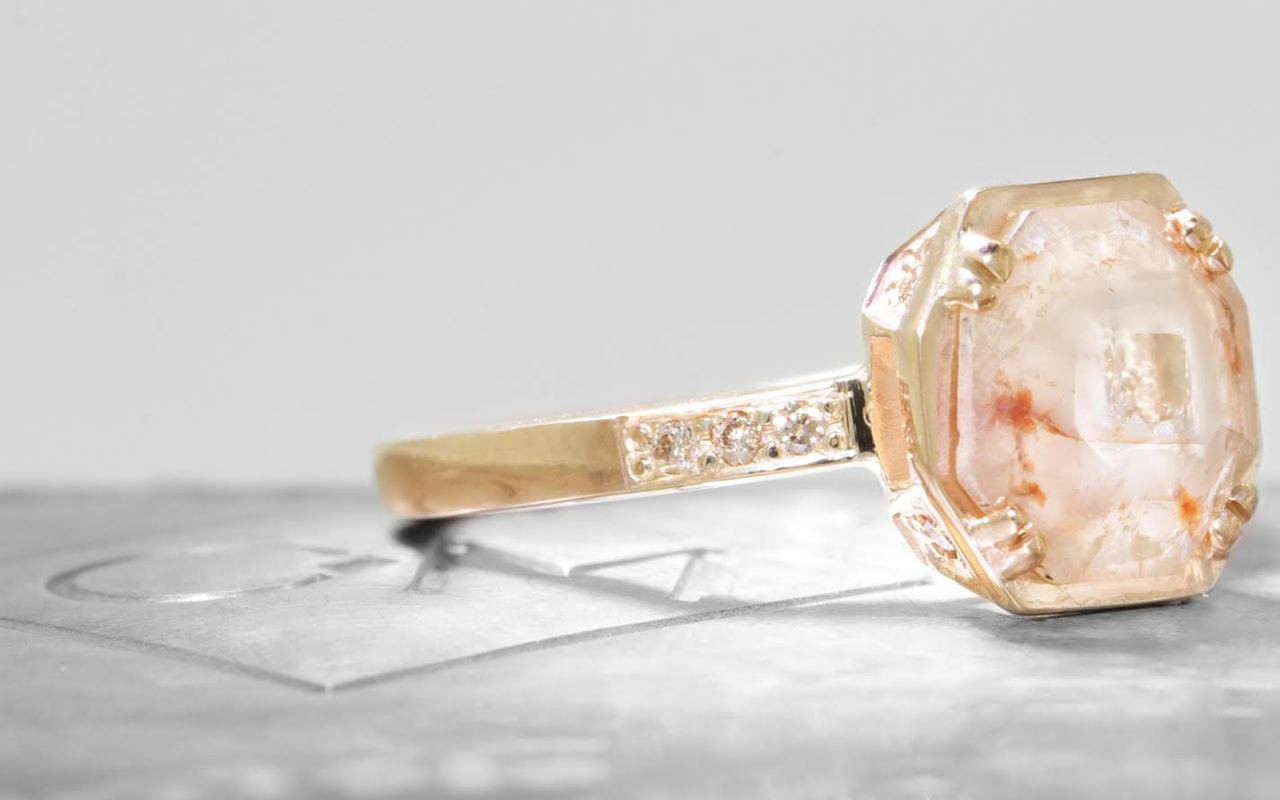 MAROA Ring in Yellow Gold with 1 Carat Peach and Cream Diamond