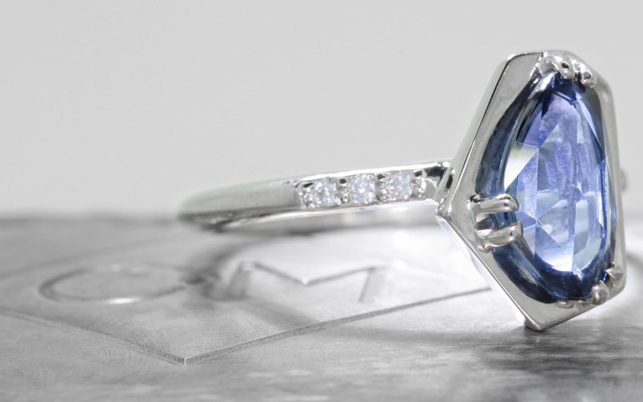 KIKAI Ring in White Gold with 1.88 Carat Blue Sapphire