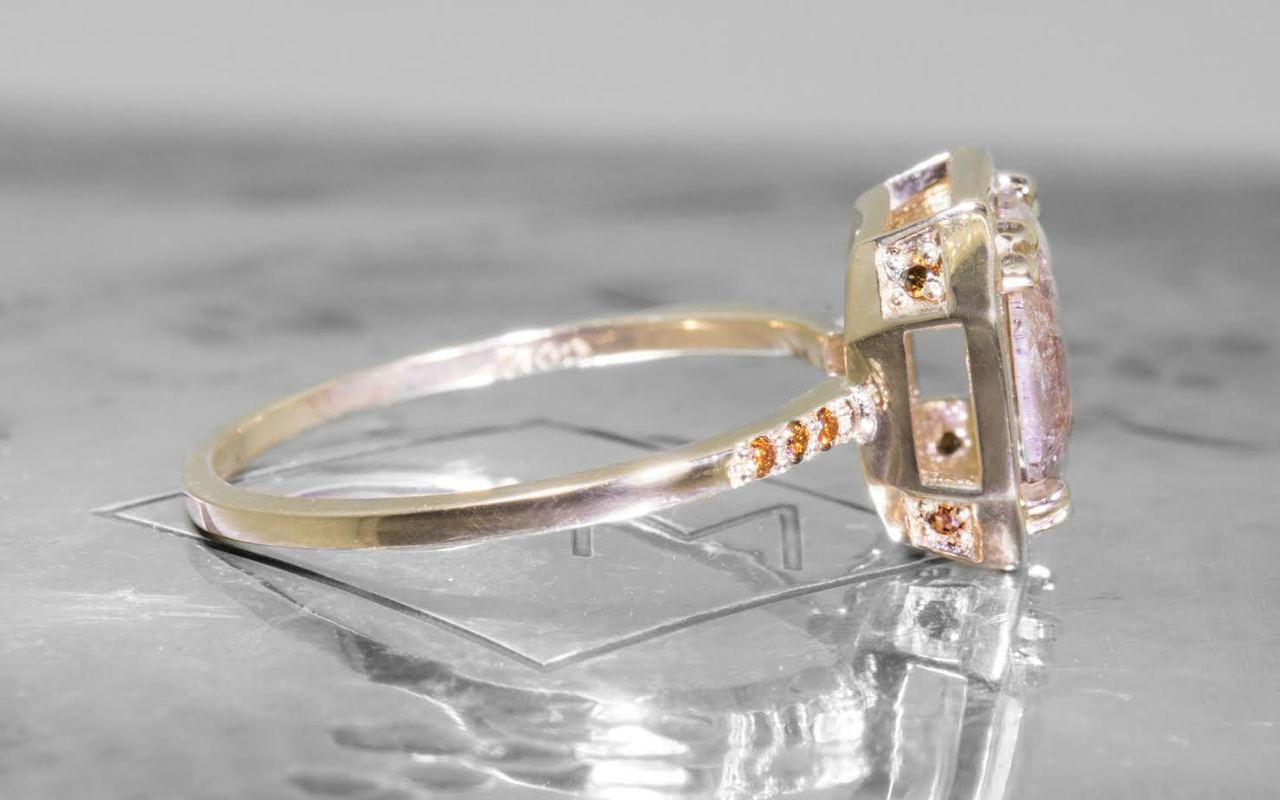 MAROA Ring in Yellow Gold with 1.18 Carat Peach and White Diamond