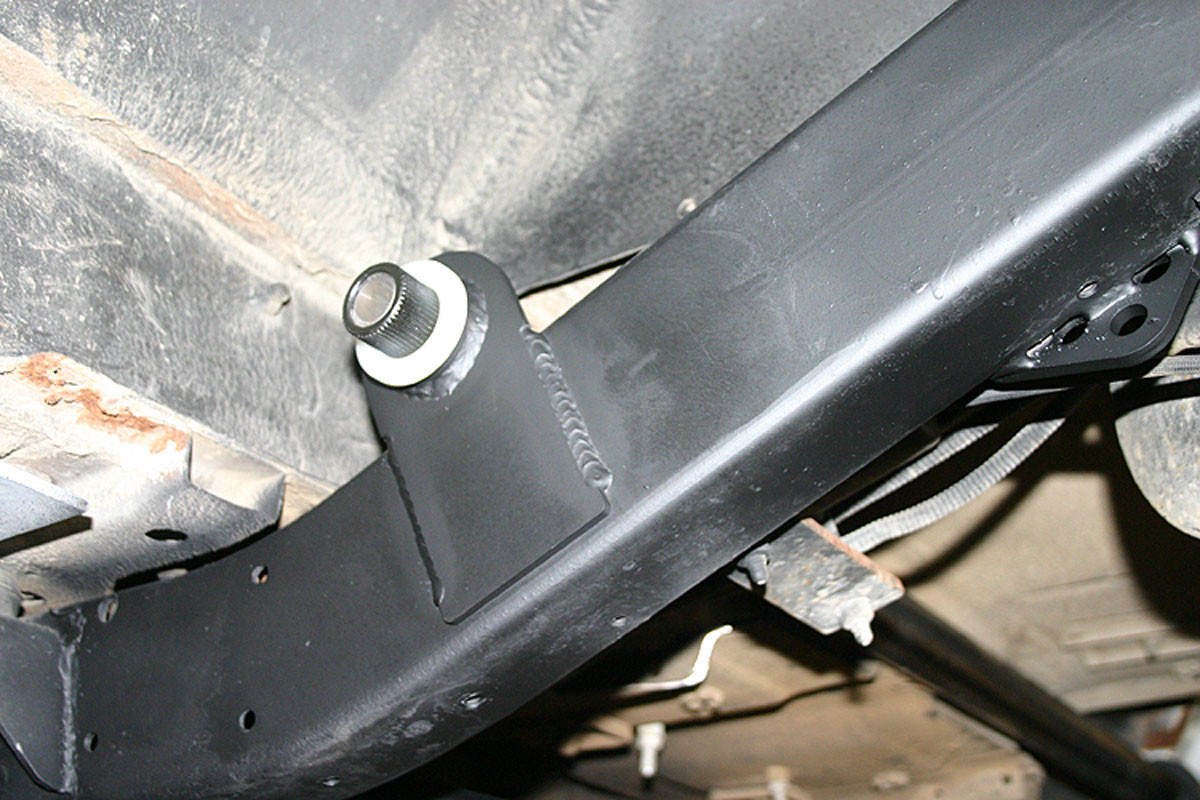 Here you can see frame mount for rear sway bar with (white) bearing.