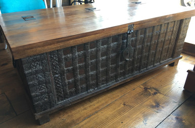 OLD RUSTIC TRUNK COFFEE TABLE