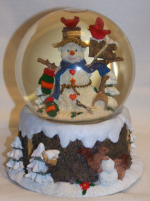 """MUSICAL SNOW GLOBE SNOWPERSON WITH CARDINALS  PLAYS WHITE CHRISTMAS MEASURES 5 1/2"""" X 5 1/2"""" X 5 3/4"""""""