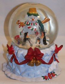 """MUSICAL SNOW GLOBE SNOWPERSON WITH PENGUINS  PLAYS WHITE CHRISTMAS MEASURES 4 3/4"""" X 4 3/4"""" X 5 5/8"""""""