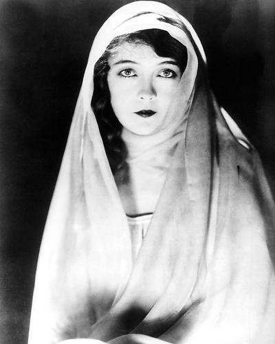 This is an image of Photograph & Poster of Lillian Gish 194832
