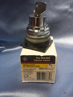General Electric (CR104PSK21A00L) 2 Pos Key Operated Selector Switch,New Surplus