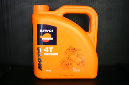 Repsol Moto Rider 4T 15W50, It is the lubricant oil for low, medium and high cylinder capacity 4-stroke engines. Due to it's special composition, Repsol Moto Rider is particularly suitable for driving long distances without worrying about performance loss or premature wear of the different engine components in very different situations. It's therefore ideal, among other uses, for making long lourneys as it is not necessary to monitor consumption as often given the oil's special viscosity.    •15W50 API SJ •JASO T903:2006 MA