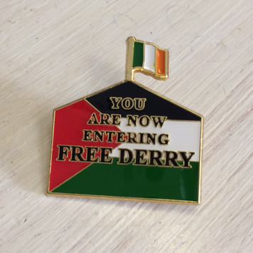 FREE DERRY SUPPORTS PALESTINE enamel badge 30 mm x 27.4 mm