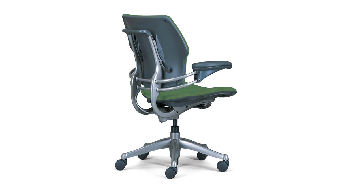 Freedom chair leather - Armrests Move In Tandem To Eliminate Uneven Arm Positioning The Humanscale Freedom Chair