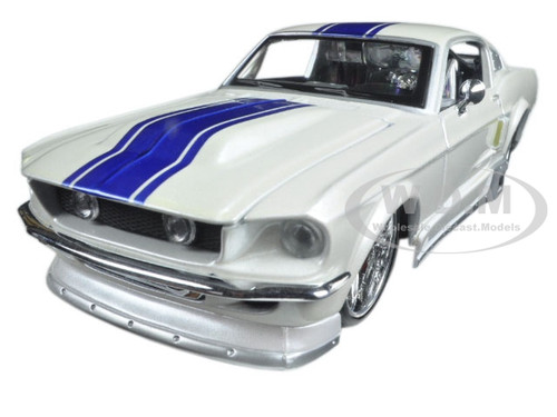 """1967 Ford Mustang GT White  """"Classic Muscle"""" 1/24 Diecast Model Car by Maisto 31094"""