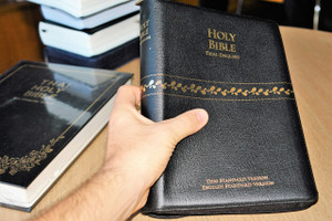 Thai English Holy Bible Luxury Edition / Thai Standard Version – English Standard Version / Genuine Black Leather Bound with Zipper / ThSV-ESV 77 ZDI / Thailand / พระคริสตธรรมคัมภีร์ภาษาไทยฉบับมาตรฐาน / ปกหนังสีดำซิป