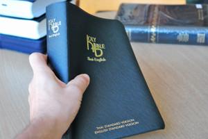 Thai English Holy Bible / Thai Standard Version – English Standard Version / Black Vinyl Bound / ThSV-ESV 72 PLDI / Thailand / พระคริสตธรรมคัมภีร์ภาษาไทย ฉบับมาตรฐาน