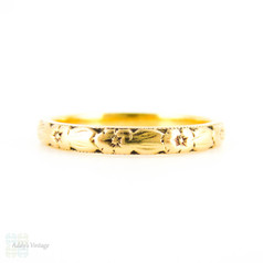 Mid Century 22ct Engraved Wedding Ring, Ladies Flower & Leaf Design Narrow Gold Band. Circa 1960s, Size O / 7.25.