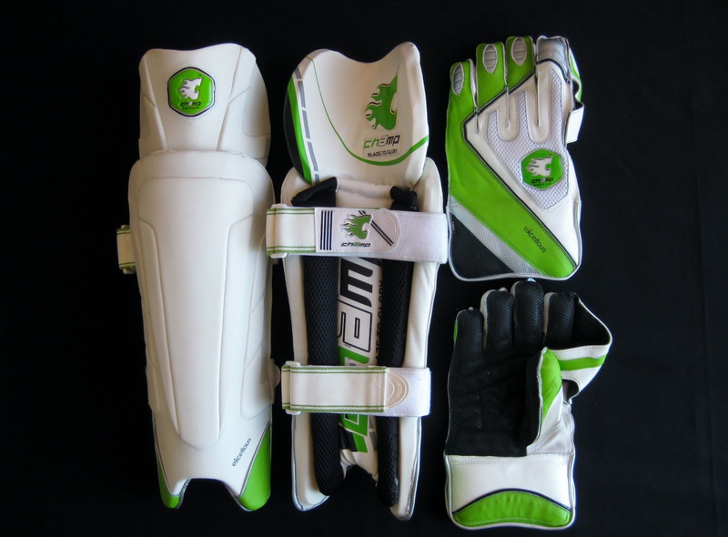 CHAMP EXCELLOUS Mens Wicket Keeping Pads & Gloves Set