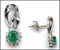 14kt Hanging Emerald Earrings with 28 Diamonds