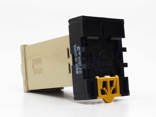 Omron E5C2  Temperature Controller with Omron P2CF-08 base VAC 50/60Hz 2VA Max