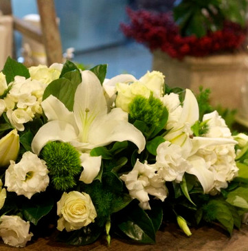 White table arrangement suitable for a Christmas table centrepiece