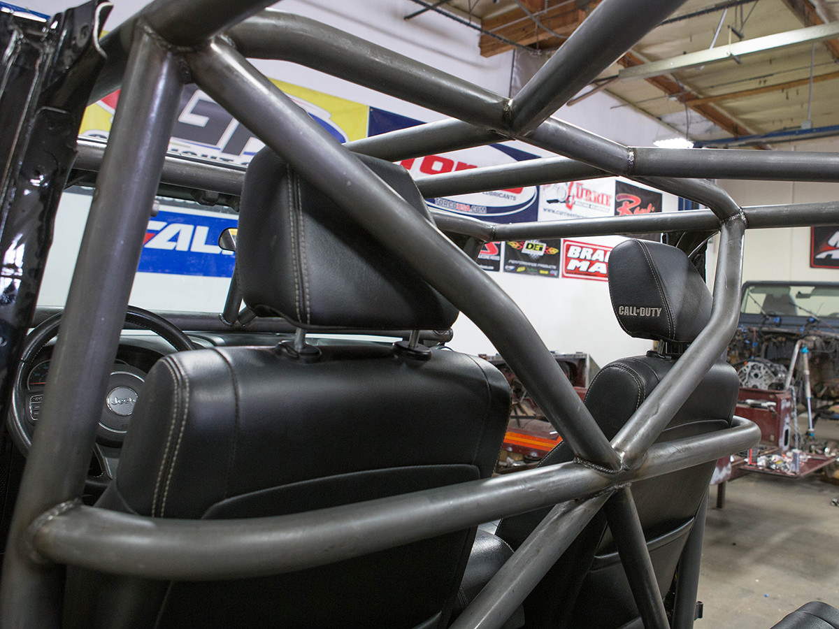 Awesome structure and rigidity for off-roading when the B-Pillar X-Bar is installed