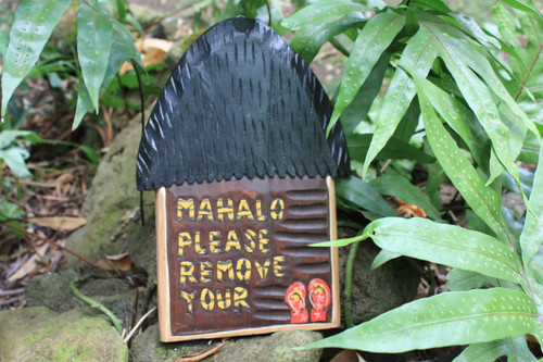"""Mahalo Please Remove Your Slippers"" Hut Sign - 12 inch"