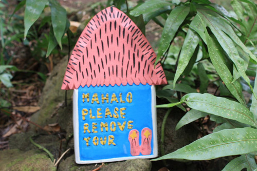 "PINK ""PLEASE REMOVE YOUR SLIPPERS"" HUT SIGN 12"" - HAWAII GIFTS"
