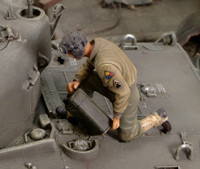 WWII US Refueling Tank Crew Member (Resin) 1/35 Royal Model