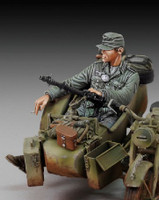 WWII German Infantry Cigarette Break Sitting (Resin) 1/35 Royal Model
