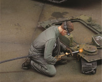 Man using Electric Welder Kneeling (Resin) 1/35 Royal Model