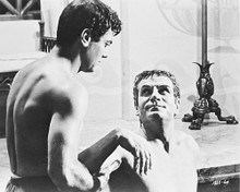 This is an image of 170293 Tony Curtis & Laurence Olivier Photograph & Poster