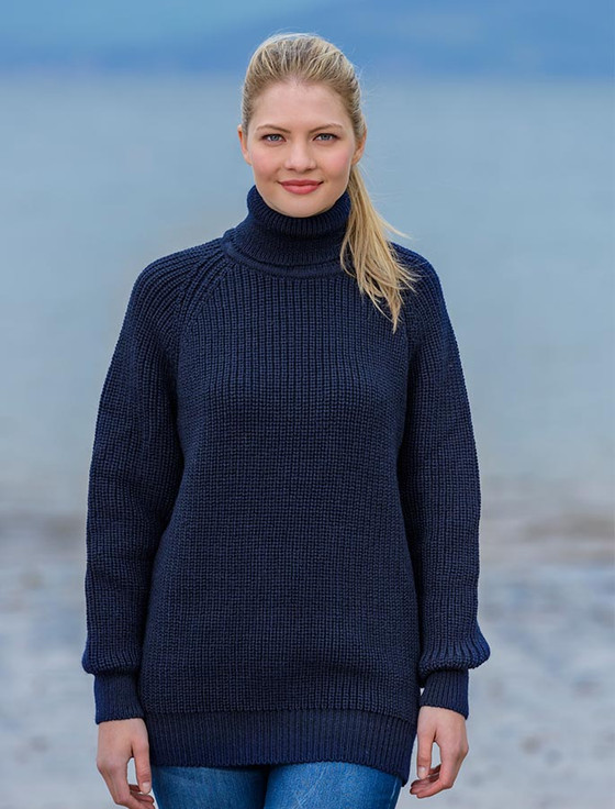 Our oversized turtleneck, in a sumptuous blend of merino wool and cashmere, has long, fitted sleeves and a kangaroo pocket. The generous cut and flattering tunic length look fabulous anchored with slim pants or leggings and a sleek pair of boots.
