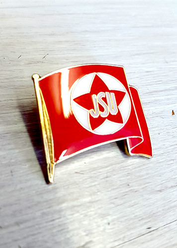 A reproduction of the Juventudes Socialistas Unificadas (Unified Socialist Youth) flag taken from a poster produced in 1937.