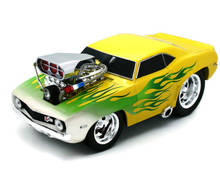 1969 Chevrolet Camaro MUSCLE MACHINES Diecast 1:18 Yellow with Green Flames